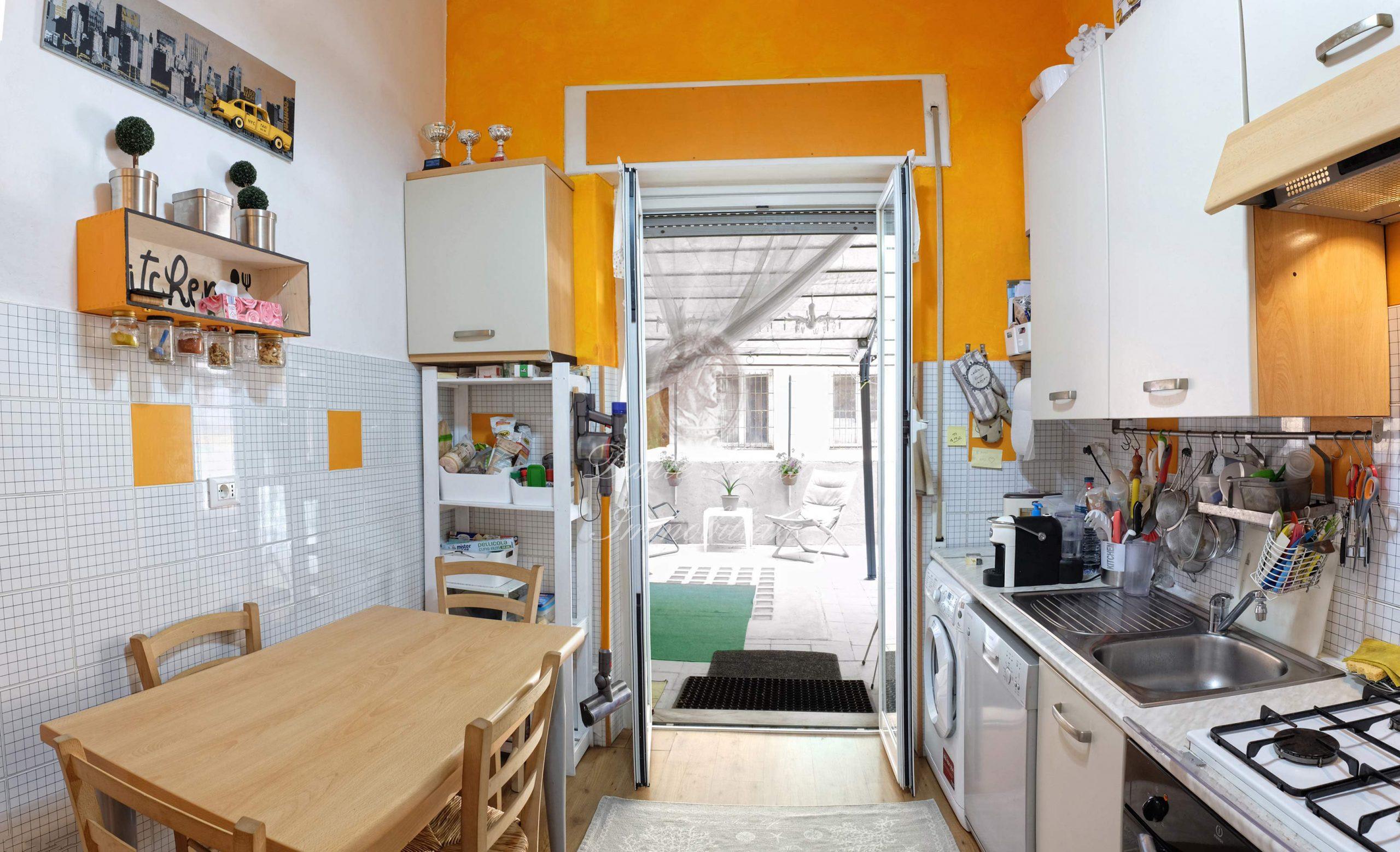 San Fruttuoso Via Berghini 5 vani con terrazzo al piano